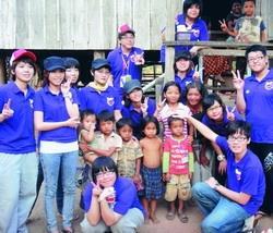 柬埔寨服務隊同學至村落了解柬埔寨生活環境,並與村民合影。(圖�課外組提供)