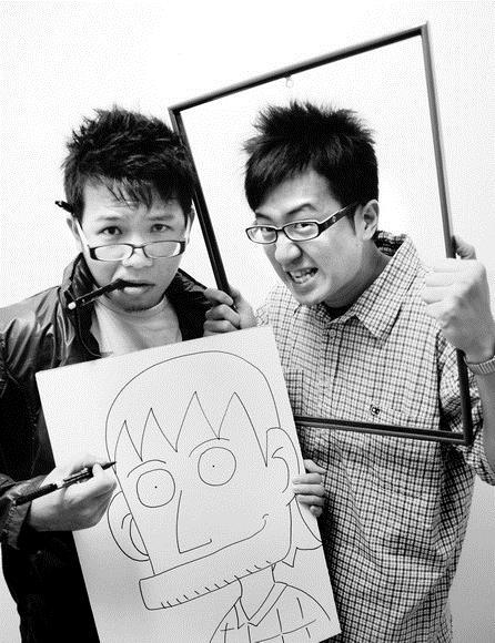 淡江時報四格漫畫「阿蛋與阿薑」作者高商議(左),將學弟趙偉隆(右)化身為主角「阿薑」,幽默畫出大學生的投影。覺得他畫的像不像?(黃士航攝影)