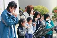 口琴社與國小學童一起帶來的精采表演,悠揚的琴聲讓圍觀師生頻頻稱讚。(圖�黃士航攝)