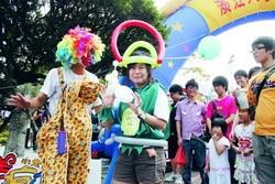 於7日舉行的蛋捲節氣氛熱絡,在海報街表演折氣球的小丑帶來許多歡笑。(攝影�張豪展)