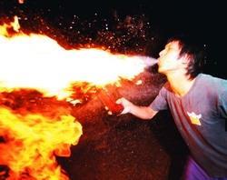 吧研社不只研究調酒,也會緊張刺激的噴火表演呢!