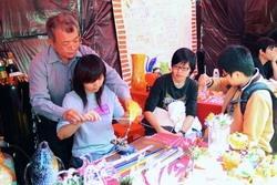 竹友會的「琉璃DIY」,吸引許多同學體驗。(攝影�黃士航)