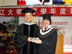 同時榮獲創辦人獎、學業獎、操行獎3大獎項的大傳四陳貝宇,為今年畢業典禮的最大贏家。(攝影�劉瀚之)