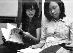 2009年未來學年會之簡章,使用本校學生參與2008年年會之活動照片。