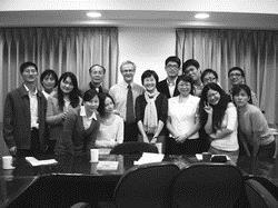 課程所於2008年11月13日邀請國外學者(圖中)James G. Henderson舉辦「轉型課程領導」講座,增廣所上研究生學習課程與教學的全球視野。(圖�課程所提供)