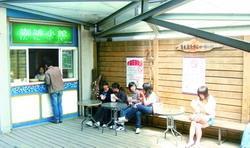 盲生資源中心咖啡小館重新開張,成為同學討論報告、休憩的場所。(攝影�吳佳玲)