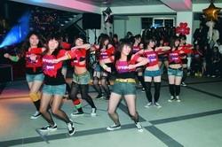蘭陽校園舉辦一年一度的聖誕晚會,同學們在舞會上熱舞、狂歡。