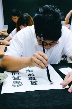教科二楊濠傑參加文錙盃決賽時,專注運筆,不為外物所動。(攝影�區迪恆)