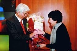 體育室主任蕭淑芬(右)在退休茶會中,獻花給數學系退休教授楊國勝(左),讓楊國勝感動不已。(攝影�張豪展)