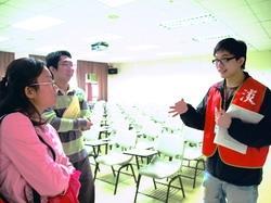 本校派出考生服務隊,服務前來本校甄試的身心障礙生,親切的態度讓考生及家長都稱讚。(攝影�劉瀚之)
