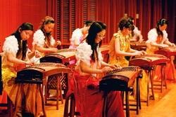 2月26日,文錙音樂廳舉辦古箏名家音樂會,中國東方樂團帶來感人的樂曲,讓聽眾為之動容。(攝影�張豪展)