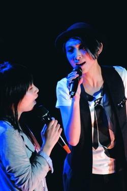 歌手戴佩妮邀同學上台一起高歌。(攝影�劉瀚之)