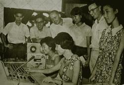 民國56年「英語講習班」使用語言教室的情景,顯見本校的設備在當時已十分先進。