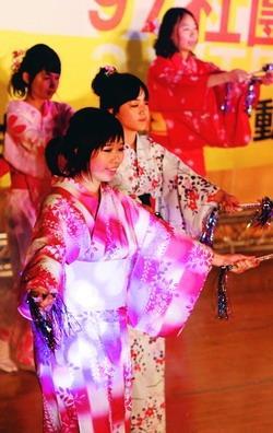 社團之夜,日研社社員翩翩起舞,令觀眾如痴如醉。(攝影�林奕宏)