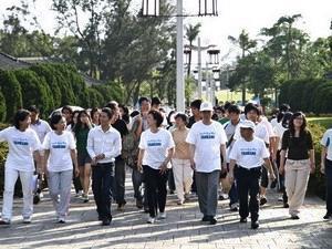 「輕鬆健走 樂活校園」活動,以日行萬步健康永駐為主軸,活動首先由校長張家宜、超馬英雄林義傑熱身運動之後,共同帶領近千位教職員工生進行校園健走活動。(圖�馮文星攝)