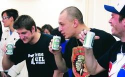 法文系以台灣啤酒等冷飲招待3位魁北克饒舌歌手。(攝影�陳怡菁)