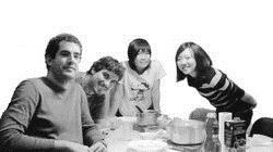 王于芳(右二)在西班牙留學期間,偶爾會下廚烹飪與當地學生交流,分享台灣美食。(圖�王于芳提供)