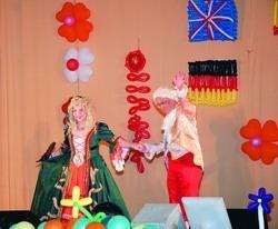 校長張家宜(左)、國際事務副校長戴萬欽(右)在日前舉辦的歲末聯歡中,身著歐洲宮廷服裝翩翩起舞,全場驚呼不斷!(圖�馮文星)