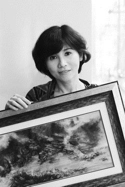楊靜宜與她的得意作品《幻象桃源行》,她說:「2006年初,做了視網膜剝離的治療雷射,整個過程幻舞著雷射曼妙的光譜,我忘卻疼痛,一心用力記住這前所未有的驚豔,遂演成這件作品的雲光。」(圖�王文彥)