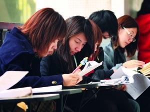 上星期為期中考週,天氣冷颼颼,候考時間,學生個個身穿厚外套,甚至帶口罩,把握時間衝刺搶分。(攝影�王文彥)