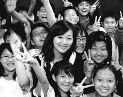 保險系系友黃莉智熱衷教育與公益,是受小朋友們喜愛的超人氣美女老師。(圖�嘉翔)