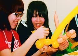 摺氣球作造型,學生花數小時手工DIY。(攝影�曾煥元)