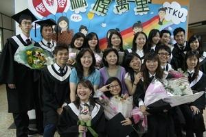 畢業典禮當天,僑生輔導組為了接待遠從日本、印尼、香港、馬來西亞而來的逾百位畢業僑生家長,特別舉辦茶會,提供茶點讓僑生家長享用,並播放畢業僑生在本校求學的短片,現場溫馨熱鬧,圖為畢業僑生及師長合影。(圖�陳奕至)
