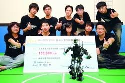 本校電機系人形機器人過關斬將,拿下探索挑戰賽冠軍。(攝影�陳怡菁)