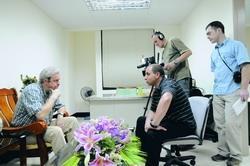 俄羅斯新聞媒體為介紹俄羅斯人在台灣的生活,9日特地前來本校拍攝,上圖為節目主持人與俄研所長馬良文(左一)的會談情形。(攝影�洪翎凱)