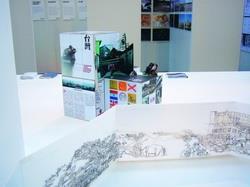 右圖為建築系師生獲獎作品《Spatial Limbo》,在鹿特丹建築雙年展展場中庭的裝置,簡要呈現設計的影像和資訊。(圖�曹羅羿提供)