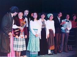 民國70年代,外語學院的大三學生都需參與話劇表演,發展至今,成為外語學院畢業公演的傳統。圖為民國73年,現任西語系系主任吳寬(左二)當時為西語系大三學生,擔任話劇《盲人樂隊》的導演。