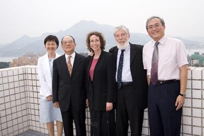 未來學大師Arthur Shostak教授(右二)偕夫人Lynn Seng(右三)於上週蒞校訪問,拜會本校創辦人張建邦博士(右四)。( 馮文星攝影)