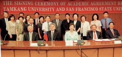 舊金山州立大學Prof. Robert A. Corrigan校長(前排右二)與本校張家宜校長(前排右三)簽訂協議書。(攝影�嘉翔)