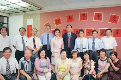 10位中文系62年畢業校友回校慶祝系慶,和師長們留下畢業34年的紀念照。(攝影�涂嘉翔)