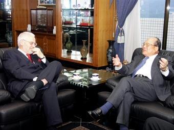 奧國前副總理布塞克博士(左)蒞臨本校,與創辦人張建邦暢談本校歐洲研究和經營理念,布塞克博士對於其發展成就讚譽有加。(圖/多媒體設計組提供)