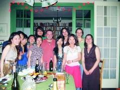 學期末在法國里昂第三大學就讀的洪鈺婷(右前三)、康鈺珮(左一)等人,受邀至老師(中間)家用餐。