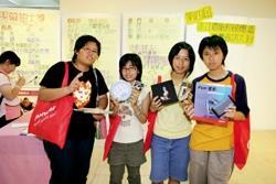 ?絏資訊展參展廠商每天發放200份福袋給同學,福袋中有遊戲軟體等禮物,果真是「好康」大家搶。(郭展宏攝)