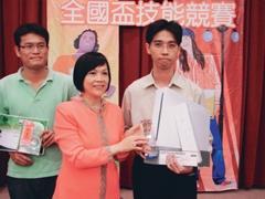 資訊系博一陳智揚(右)獲全國盃技能競賽冠軍,接受頒獎。(圖�陳智揚提供)