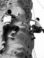 5日舉辦攀岩的體驗活動,吸引多名同學和貴賓前往一試身手。(攝影/記者吳采璇)