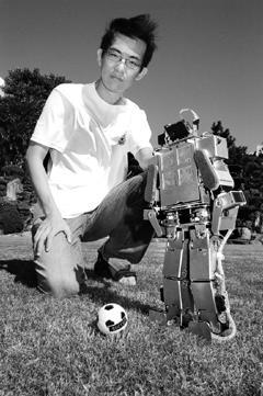 人形機器人隊長黃楷翔及第3代機器人。