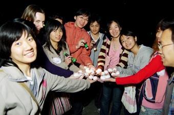 英會社復活節活動,讓同學摸黑找蛋,成果豐碩。(圖/記者陳振堂)