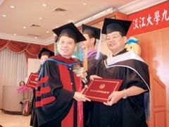 管理學院院長陳敦基頒發畢業證書給商管碩專班畢業生。(圖�商管聯合碩專班提供)