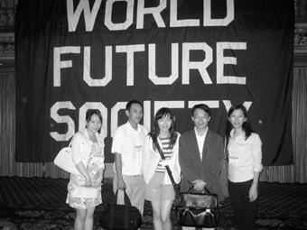 本校與會代表於會場留影,上圖由左至右分別為中文三B莊淳惠、未來所二年級黃健銘、英文4 C陳春因、帶隊助理教授鄧建邦、未來所二年級彭雪莉。