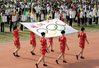 14.親善大使緩緩舉著大會會旗進場。