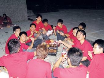 蘭陽新生們穿著學校發給的紅色制服,在涼涼秋風中享受烤肉的樂趣。(蘭陽校園提供)