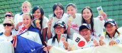 體育室講師吳以方(上排右一)獲得亞太救生錦標賽「拋繩」金牌,高興地與各國得獎選手合照。