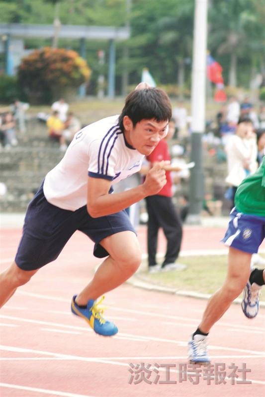 100公尺賽跑,參賽者卯足全力,拚了!