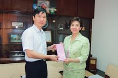 校長張家宜於上週三接見黃教授,親自贈送禮物給黃國楨,表彰他於研究上的傑出表現。(記者陳振堂攝)