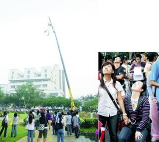 5.本校首次舉辦刺激的高空彈跳,許多同學駐足觀看參加者從15樓高的吊車一躍而下。6.參與高空彈跳的學生,在彈跳之前緊握另一位同學 的手,心情既期待又怕受傷害,。