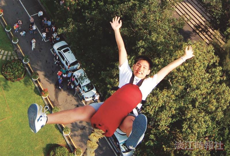 高空彈跳跳下的剎那,有「活著真好的感覺」!25.加油!加油!最賣力的啦啦隊在這裡。